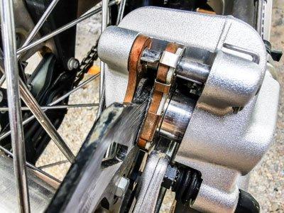 Motocross- und Enduro Bremsbeläge schnell selber wechseln: Bremsbeläge prüfen