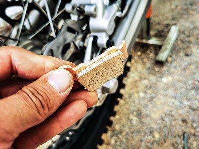 Motocross- und Enduro Bremsbeläge schnell selber wechseln: Neue Bremsbeläge bereitlegen