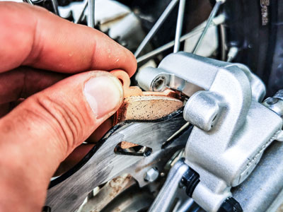 Motocross- und Enduro Bremsbeläge schnell selber wechseln: Inneren Bremsbelag einsetzen