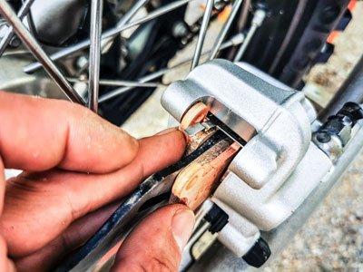 Motocross- und Enduro Bremsbeläge schnell selber wechseln: Äußeren Bremsbelag einsetzen