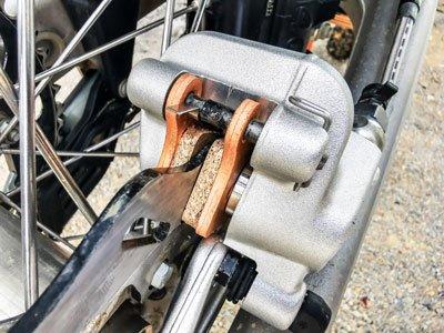 Motocross- und Enduro Bremsbeläge schnell selber wechseln: Fertig!