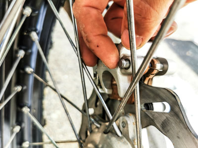 Motocross- und Enduro Bremsbeläge schnell selber wechseln: Sicherungsstift ein Stück rausziehen