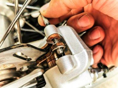 Motocross- und Enduro Bremsbeläge schnell selber wechseln: Sicherungsstift ganz rausziehen