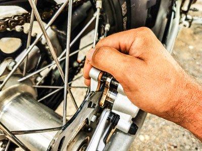 Motocross- und Enduro Bremsbeläge schnell selber wechseln: Bremszange gegen die Bremsscheibe drücken