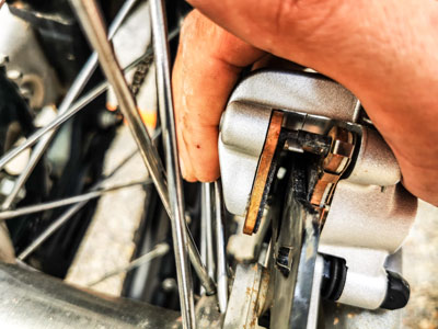 Motocross- und Enduro Bremsbeläge schnell selber wechseln: Bremskolben zurückdrücken und Platz schaffen