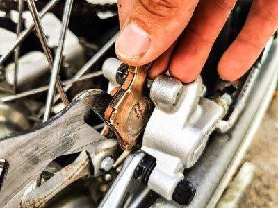 Motocross- und Enduro Bremsbeläge schnell selber wechseln: Äußeren Bremsbelag rausholen