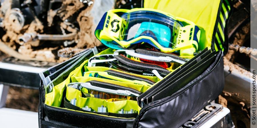 Motocross-Brille in Brillentasche aufbewahren