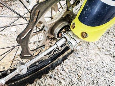Motocross- und Enduro Schlauch selber wechseln: Bundschrauben lösen