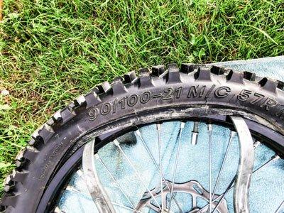 Motocross- und Enduro Schlauch selber wechseln: Reifen über das Felgenhorn hebeln