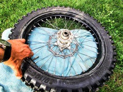 Motocross- und Enduro Schlauch selber wechseln: Obere Reifenseite hochziehen