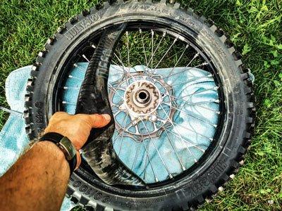 Motocross- und Enduro Schlauch selber wechseln: Schlauch rausziehen