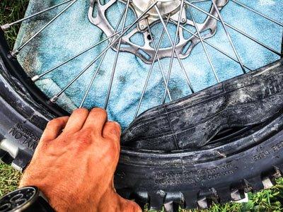 Motocross- und Enduro Schlauch selber wechseln: Neuen Schlauch in den Reifen drücken