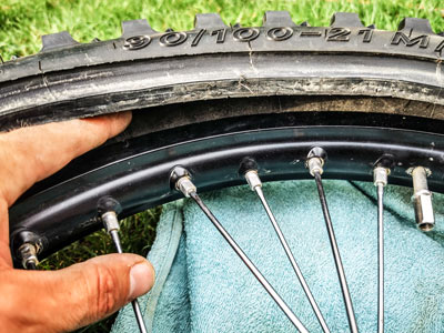 Motocross- und Enduro Schlauch selber wechseln: Sitz des Schlauches kontrollieren