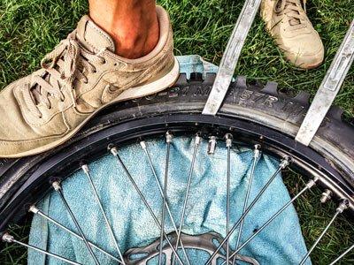 Motocross- und Enduro Schlauch selber wechseln: Reifen auf die Felge hebeln
