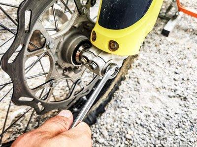 Motocross- und Enduro Schlauch selber wechseln: Steckachse lösen