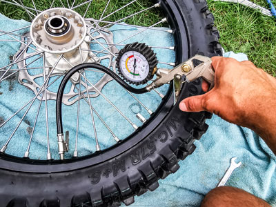 Motocross- und Enduro Schlauch selber wechseln: Luft aufpumpen