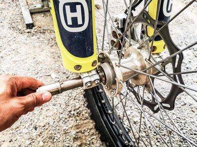 Motocross- und Enduro Schlauch selber wechseln: Steckachse entfernen