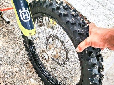 Motocross- und Enduro Schlauch selber wechseln: Vorderrad ausbauen