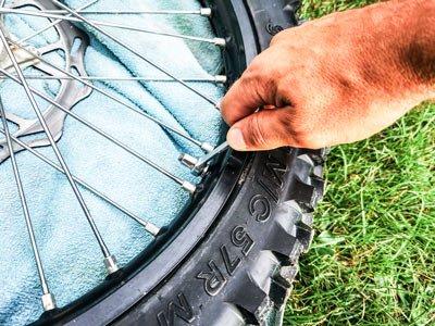 Motocross- und Enduro Schlauch selber wechseln: Reifenhalter lösen