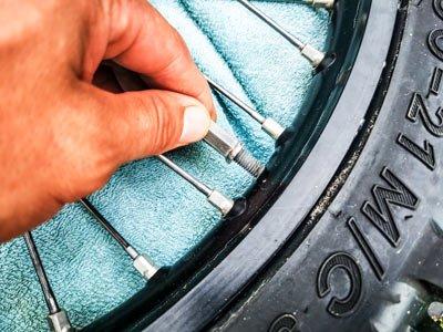 Motocross- und Enduro Schlauch selber wechseln: Mutter für Reifenhalter nicht ganz abdrehen