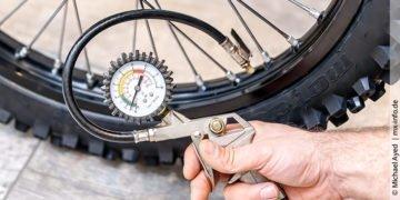 Welcher Luftdruck gehört in Motocross oder Enduro-Reifen?